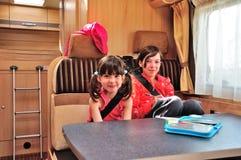 El viaje del día de fiesta de las vacaciones de familia rv, los niños felices viaja en el campista, niños en interior del motorho Imágenes de archivo libres de regalías