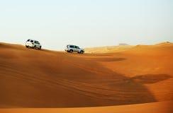 El viaje del desierto de Dubai en coche campo a través Imagenes de archivo