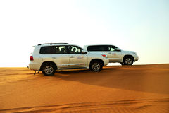 El viaje del desierto de Dubai en coche campo a través Imagen de archivo