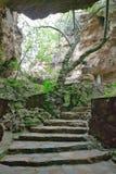 El viaje del hombre se simboliza en las cuevas de la cuna de la humanidad, un sitio del patrimonio mundial en Gauteng Province, S fotografía de archivo libre de regalías