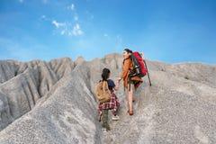 El viaje del niño y de la mamá hace excursionismo el revestimiento victorioso feliz del peso bueno y fuerte de la libertad de la  foto de archivo