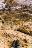 El viaje en las montañas Ir de excursión los zapatos caucasus imagen de archivo libre de regalías