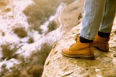 El viaje en las montañas Ir de excursión los zapatos caucasus foto de archivo