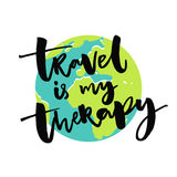 El viaje es mi terapia Refrán inspirado sobre viajes y el viajar con el ejemplo del globo de la tierra Vector Imágenes de archivo libres de regalías