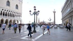 El viaje europeo, gente de la porción camina en el cuadrado de las marcas del St cerca de columnas almacen de video