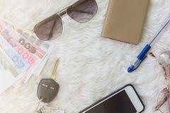 El viaje fijó con el sol-vidrio, llave del coche, cuaderno, smartphone Imágenes de archivo libres de regalías