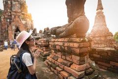 El viajero asiático de la muchacha con el respeto o ruega fotos de archivo