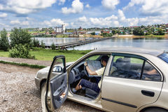 El viajero auto estudia un mapa en el fondo de la ciudad Birsk Fotografía de archivo