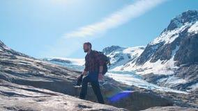 El viajero barbudo con una mochila toma las im?genes del glaciar en Noruega metrajes