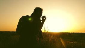 El viajero bebe puesta del sol caliente del té y de los relojes Resto despu?s de alcanzar la meta sentada turística sola encima d almacen de metraje de vídeo