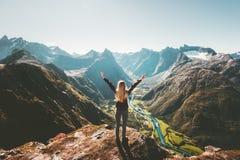 El viajero de la mujer aumentó los brazos que se colocaban solamente en el acantilado foto de archivo libre de regalías