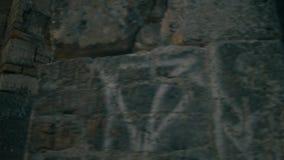 El viajero de la mujer camina al cenador gótico de la torre, tocando las paredes de piedra antiguas almacen de metraje de vídeo