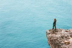 El viajero de la mujer en el borde del acantilado sobre el active de la aventura del concepto de la motivación del éxito de la fo fotos de archivo libres de regalías