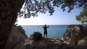 El viajero defiende al borde de un acantilado el mar metrajes