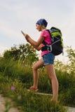 El viajero del adolescente con las mochilas sube la montaña Concepto del viaje de la pasión por los viajes Imagen de archivo