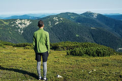 El viajero del adolescente se está colocando solamente en prado alpino Fotografía de archivo libre de regalías