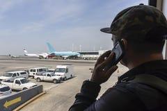 El viajero del aeropuerto llama la aplicación de ley después de ver al terrorista Ac fotografía de archivo libre de regalías