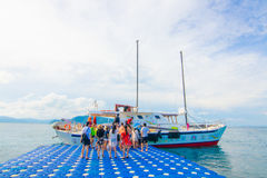 El viajero está en la playa en Phuket Tailandia Fotografía de archivo