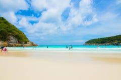 El viajero está en la playa en Phuket Tailandia Foto de archivo libre de regalías