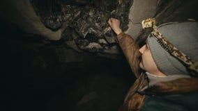 El viajero está mirando en los depósitos de la mina de la mica almacen de video