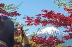 El viajero está tomando la foto del monte Fuji con el cielo claro en el lago Kawakuchigo Imagen de archivo