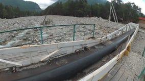 El viajero explora un río de la montaña almacen de metraje de vídeo