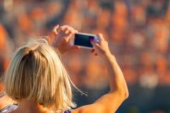 El viajero femenino hace una foto de Dubrovnik al teléfono Foto de archivo