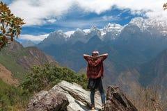 El viajero ha alcanzado la cumbre de la montaña Imagen de archivo libre de regalías