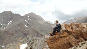 El viajero joven es relajante en las montañas almacen de video