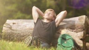 El viajero joven viene a un alto durante el paseo del bosque en un día de verano metrajes
