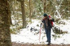 El viajero parado en el bosque del invierno imagenes de archivo