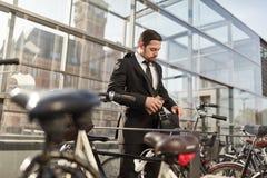 El viajero profesional está buscando llave de la bicicleta imagen de archivo libre de regalías