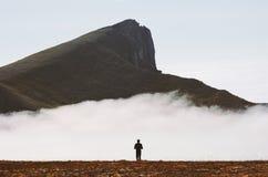 El viajero que camina solamente en montañas nubladas viaja aventura imagenes de archivo