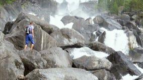 El viajero revuelve a lo largo de la cascada de conexión en cascada metrajes
