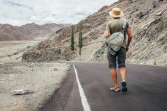 El viajero solo camina en el camino de la montaña en el mou de Himalaya del indio Imagenes de archivo
