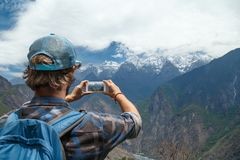El viajero toma imágenes en las montañas del teléfono Imagenes de archivo
