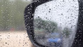 el videoclip de 4K UHD, resume el fondo tiempo lluvioso en coche almacen de metraje de vídeo