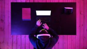 El videojugador masculino juega a juegos en su ordenador portátil Visualización blanca almacen de metraje de vídeo