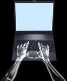 El vidrio da el tipo en la computadora portátil Imagen de archivo