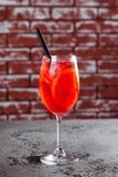 El vidrio de aperol spritz cierre de la bebida larga del cóctel para arriba foto de archivo libre de regalías