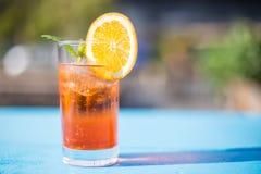 El vidrio de aperol spritz con la menta y una rebanada anaranjada en un día soleado imágenes de archivo libres de regalías