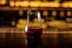 El vidrio de cóctel elegante llenó del cóctel rojo dulce amargo fresco imagen de archivo libre de regalías