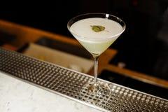 El vidrio de cóctel llenó de la bebida alcohólica fresca adornada con la hoja del abedul Foto de archivo libre de regalías