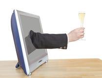El vidrio de Champán en mano del hombre de negocios inclina hacia fuera la TV Foto de archivo libre de regalías