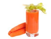 El vidrio de jugo de zanahoria fresco con apio se va Imagenes de archivo