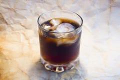 El vidrio de la bebida con el cráneo y los huesos hielan Imagenes de archivo