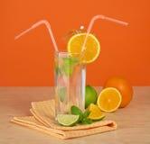 El vidrio de la bebida con una paja Fotos de archivo
