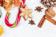 El vidrio de la Navidad de rojo reflexionó sobre el vino en la tabla con los palillos de canela, ramas del árbol de navidad, niev Imágenes de archivo libres de regalías