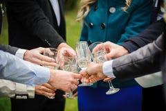 El vidrio de la tostada con Champán en la boda dice Fotos de archivo libres de regalías