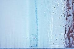 El vidrio de la ventana en el condensado en las corrientes frías del agua cae el fondo Fotografía de archivo libre de regalías